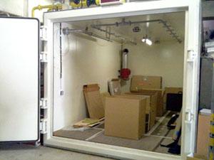 殺菌燻蒸企画1-燻蒸庫へ作品の搬入_f0223981_1612185.jpg