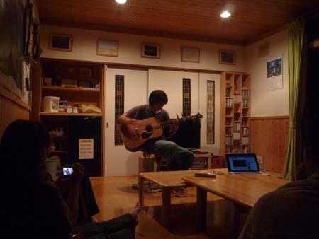 響きわたるギターの音色に酔いしれて_f0096216_1023921.jpg