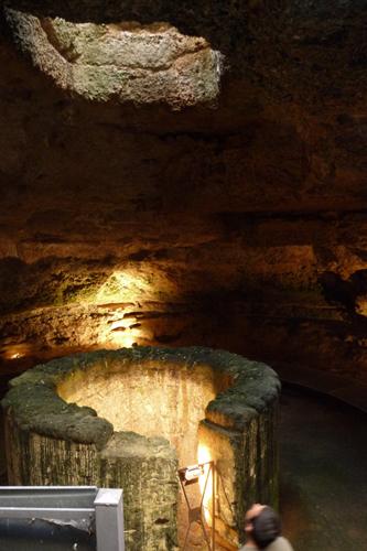 古い古い井戸~マンドゥーリア_f0106597_23521621.jpg