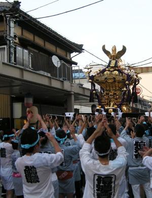 上古町をもみ歩く新潟祭りの市民みこし。背景のしっかりした古民家は小林さんの御実家の建物。_d0178448_14314719.jpg