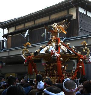 上古町をもみ歩く新潟祭りの市民みこし。背景のしっかりした古民家は小林さんの御実家の建物。_d0178448_14323157.jpg