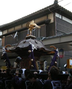 上古町をもみ歩く新潟祭りの市民みこし。背景のしっかりした古民家は小林さんの御実家の建物。_d0178448_14324960.jpg