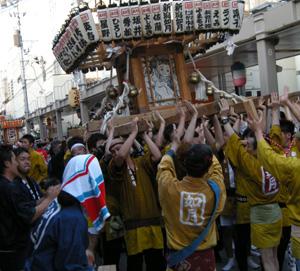 上古町をもみ歩く新潟祭りの市民みこし。背景のしっかりした古民家は小林さんの御実家の建物。_d0178448_1432938.jpg