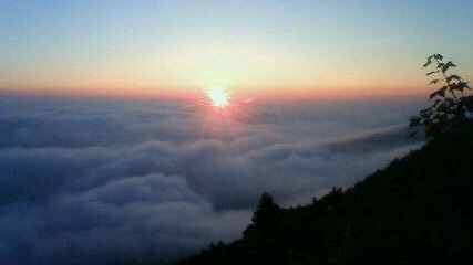 今朝は久々の雲海でした。気温15℃。週末「登山者のための気象教室」まだ宿泊可能です。_c0089831_66210.jpg