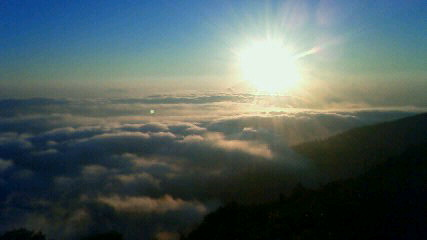 今朝は久々の雲海でした。気温15℃。週末「登山者のための気象教室」まだ宿泊可能です。_c0089831_66288.jpg