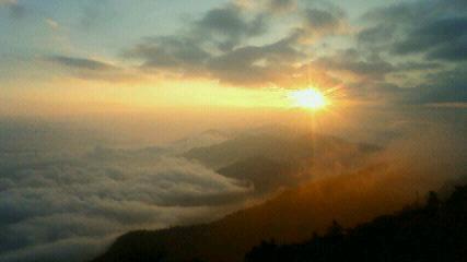 気温13.8℃。雲海の上にちょっと遅い日の出。5時45分でした。_c0089831_5533152.jpg