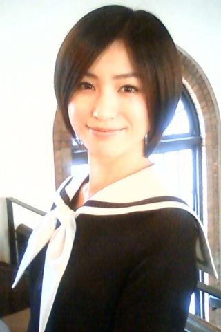ショートカットでセーラー服姿の平田薫