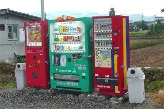 田舎の空き地に3台並んだ自動販売機_a0003909_2375786.jpg