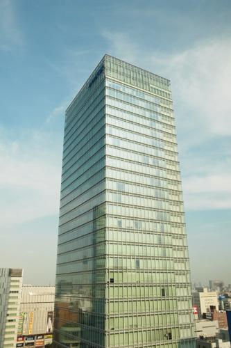 ビルの壁にスカイツリーが映ってる。_b0194208_10455243.jpg