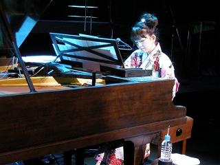 人気声優シンガー牧野由依、日本初!ダブルグランドピアノでワンマンコンサート実施!_e0025035_179386.jpg