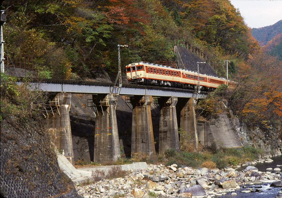 紅葉の飛騨路-1987年高山本線-(1)_b0190710_23241825.jpg