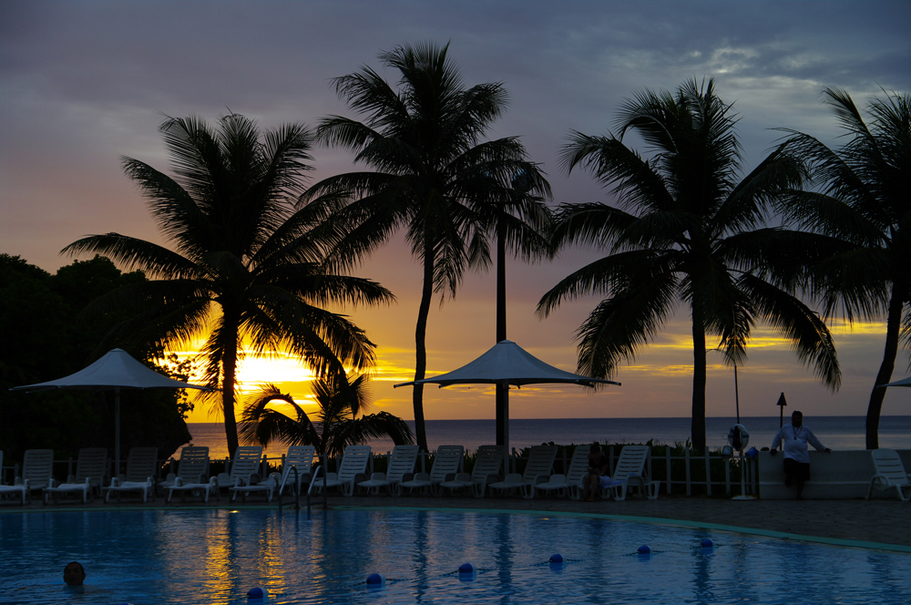 2010年夏のグアム旅行(6) ~ Resort Hotel ② 魅惑のサンセット~_c0223825_2252424.jpg