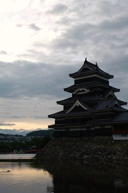 夕暮れの松本城_b0112443_17504897.jpg