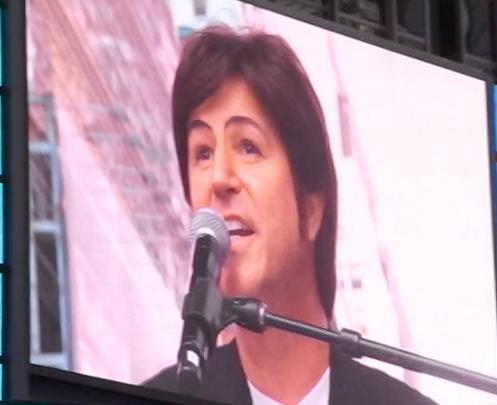 """ビートルズの名曲、\""""Hey Jude\""""をタイムズスクエアで大合唱_b0007805_23113236.jpg"""