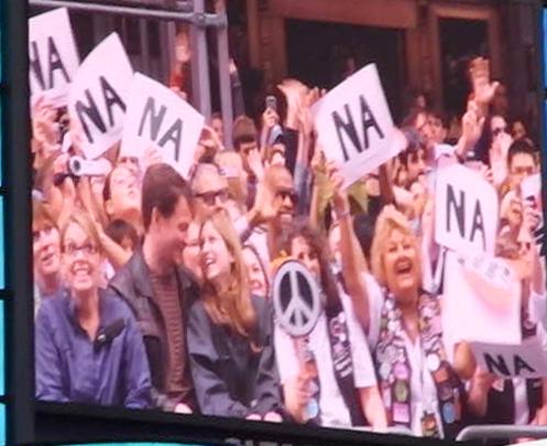 """ビートルズの名曲、\""""Hey Jude\""""をタイムズスクエアで大合唱_b0007805_23114465.jpg"""
