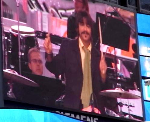 """ビートルズの名曲、\""""Hey Jude\""""をタイムズスクエアで大合唱_b0007805_2311819.jpg"""