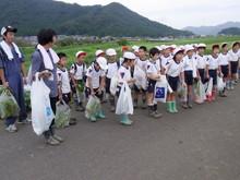 南中山小3年生の子供たちが大豆畑の除草と枝豆の収穫を体験しました_e0061225_1743779.jpg