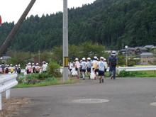 南中山小3年生の子供たちが大豆畑の除草と枝豆の収穫を体験しました_e0061225_1754941.jpg