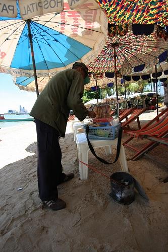 パタヤの海でスルメを買う_c0134569_20561163.jpg