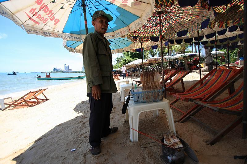 パタヤの海でスルメを買う_c0134569_20582540.jpg