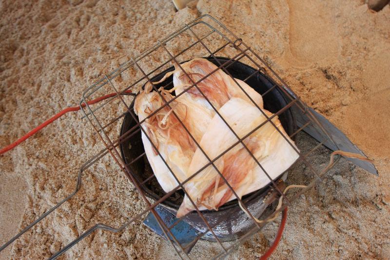 パタヤの海でスルメを買う_c0134569_2058566.jpg