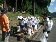 服間小学校の子供たちが枝豆の収穫をしました。_e0061225_17133347.jpg