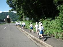 服間小学校の子供たちが枝豆の収穫をしました。_e0061225_17143223.jpg