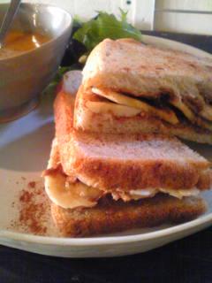 バナナとピーナッツバターのサンドイッチ_e0190453_20582145.jpg