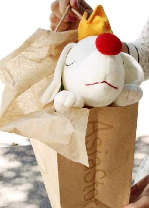 皆を幸せな気持ちにする奈良美智さんの白いワンちゃん_b0007805_3212817.jpg