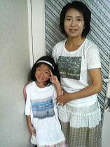 スリランカの大樹Tシャツを着たミッツィーとバリの渚の女の子Tシャツを着たサアヤちゃん_f0006713_0394710.jpg