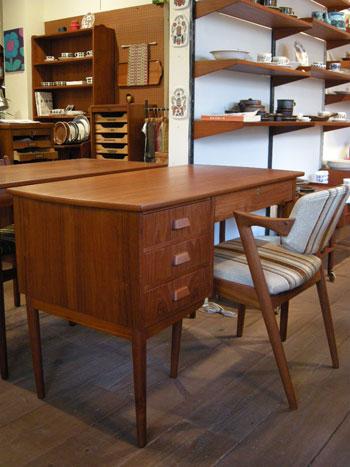 Desk (DENMARK)_c0139773_18383998.jpg