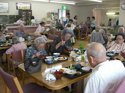 「もったいない陶器市」の食器が大活躍しています! 2010年9月8日生駒市デイサービスセンター「寿楽」_c0206588_17274532.jpg