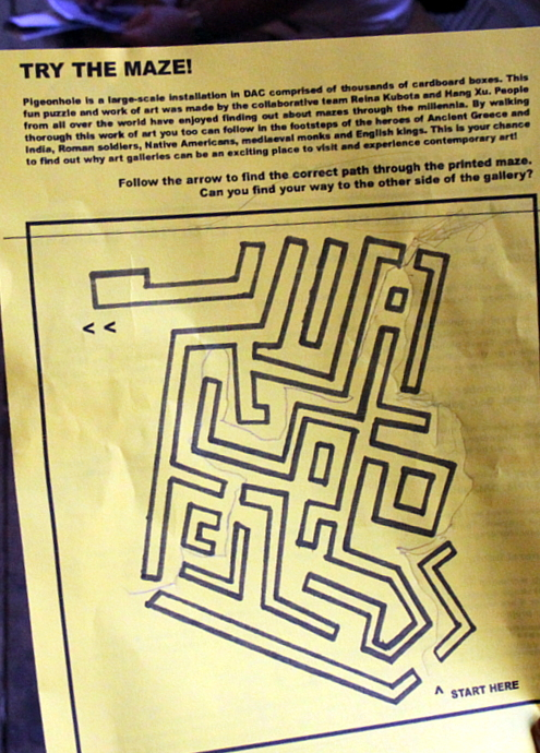 ダンボールで作った巨大迷路っていう楽しい空間アート Pigenohole_b0007805_8492570.jpg