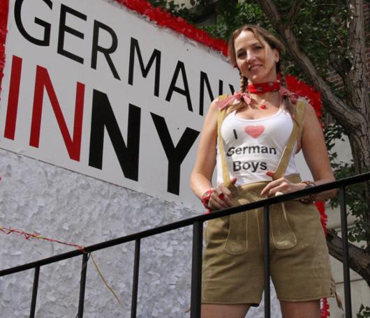 ドイツの民族衣装ってメイドさんのコスプレっぽいかも?_b0007805_1033970.jpg
