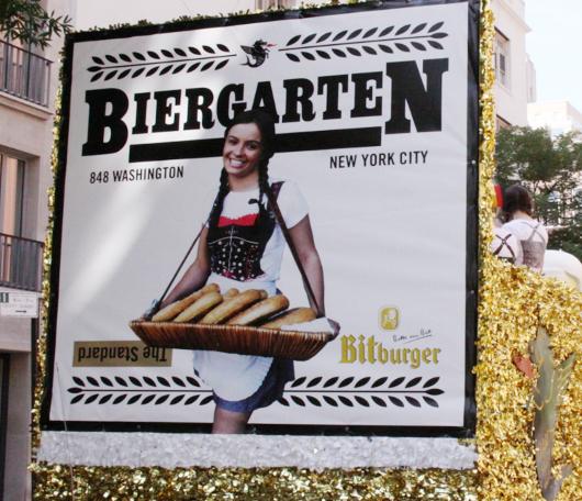 ドイツの民族衣装ってメイドさんのコスプレっぽいかも?_b0007805_10374010.jpg