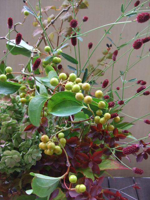 オークリーフ(秋色紫陽花と紅葉と吾亦紅のアレンジメント)_f0049672_1745510.jpg