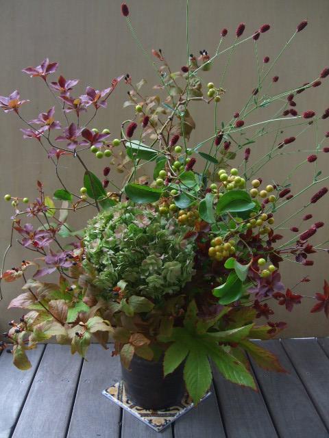 オークリーフ(秋色紫陽花と紅葉と吾亦紅のアレンジメント)_f0049672_1747432.jpg