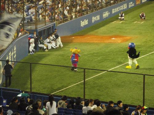国立から神宮へ。久しぶりの神宮での野球観戦。_e0006700_23291611.jpg