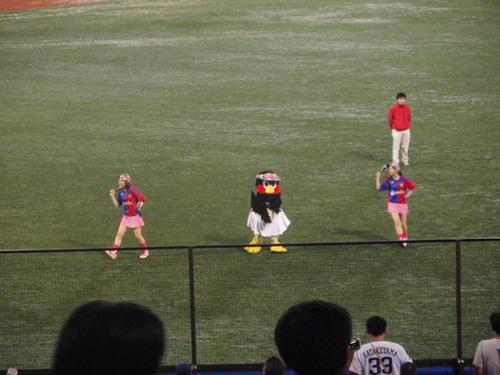 国立から神宮へ。久しぶりの神宮での野球観戦。_e0006700_233029.jpg