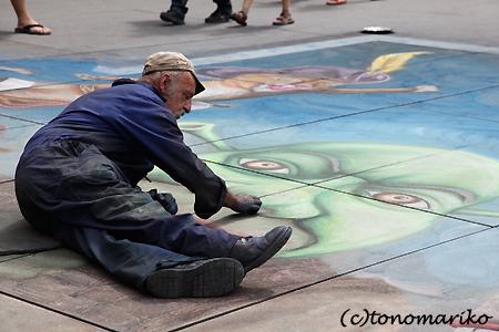 パリの街中アートと小銭稼ぎ_c0024345_4174670.jpg
