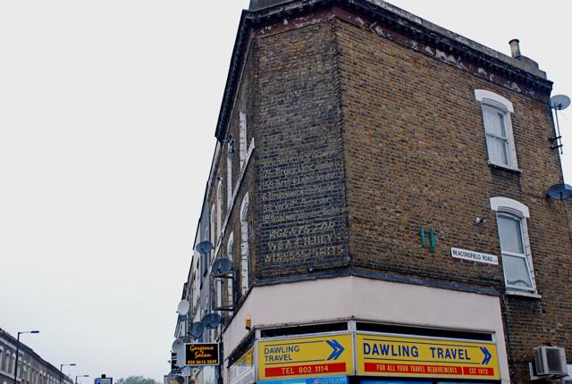 ロンドン郊外(1)手書き広告・通りの名前_e0175918_22305514.jpg