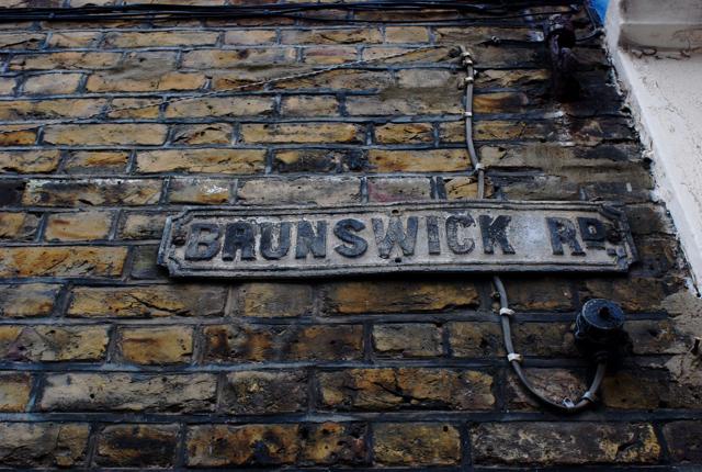 ロンドン郊外(1)手書き広告・通りの名前_e0175918_22335865.jpg