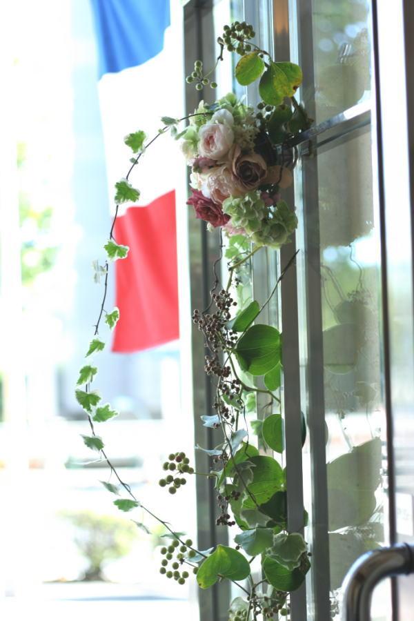 ドアの装花 窓の装花  レストランFEU様へ_a0042928_22395893.jpg