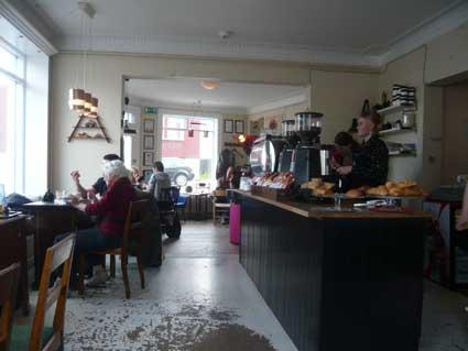 ビョークの自宅の窓にはムーミンが。家庭料理でリラックスのアイスランド滞在_c0003620_657496.jpg
