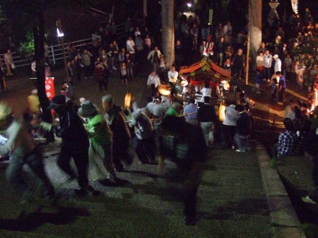 坂八幡神社 秋季例大祭 宵頃の寄進物・頂戴が本殿へ_b0095061_8483898.jpg