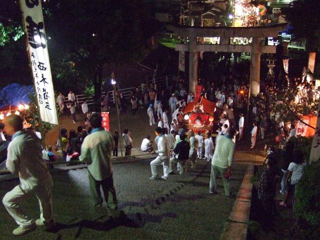 坂八幡神社 秋季例大祭 宵頃の寄進物・頂戴が本殿へ_b0095061_8491182.jpg