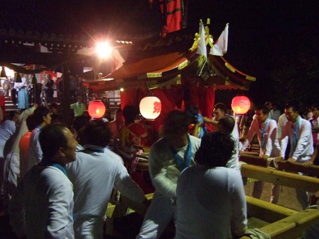 坂八幡神社 秋季例大祭 宵頃の寄進物・頂戴が本殿へ_b0095061_8494722.jpg