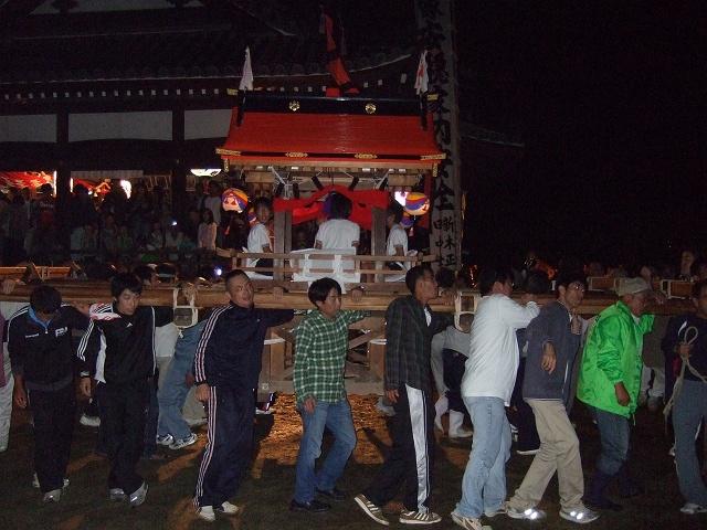 坂八幡神社 秋季例大祭 宵頃の寄進物・頂戴が本殿へ_b0095061_8511363.jpg