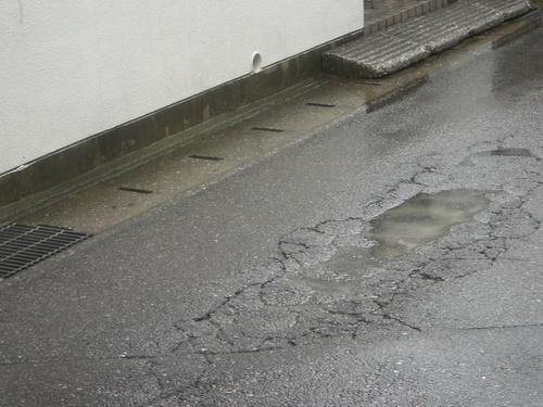 自動車の水はねあり、優先道路不明による危険あり ──作新台──_a0162505_2054180.jpg