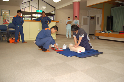 AED操作法と人工蘇生器の使用法を学びました。_a0154110_11351341.jpg